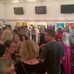 Zahlreiche BesucherInnen vor Eröffnung der Vernissage am 24.6. im Hauptausstellungsraum