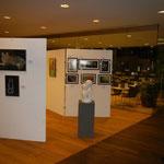 """Auf Stellwand 2 Bakterienkunst von Erich Schopf,  Marmor-Skulptur """"Harmonia"""" von Günther Haider"""