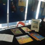 der Tisch mit Info-Material zu Vetart und Kunstdrucken mit Giraffenmotiven