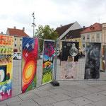 Fahnengalerie im Freien