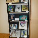 Die Bildergalerie auf einem Bücherregal