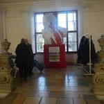 Skulptur vor dem Eingang zu den Ausstellungsräumen