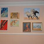 Rundgang durch die Galerie: Meine Bilder zwischen denen von Dr Edit Nagy (li) und Dr George Sakla, Dr Eraclie Aslan (re)
