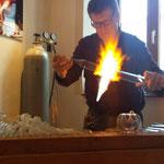 Meister Faffelberger beim Vorführen des Glasblasens