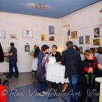 Vernissage-Gäste beim Diskutieren und Rundgang in der Galerie