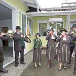 Die Jagdhornbläsergruppe vor dem neuen Hunde-Grooming-Salon, li vo Erich Karasek