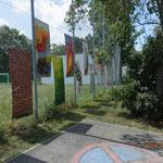 und die im Bereich des Mödlinger Künstlerbundes-an der  Umzäunung des Sportplatzes