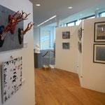 An linker Hängefläche Objektkunstwerke von Elisabeth Wagner, gegenüber Fotos von Peter Wagner