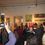 Eröffnung der Ausstellung mit Moderatorin und großem Presseandrang