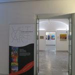 Zugang zum ersten Raum der Ausstellung