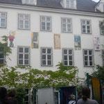 Fahnen an der Wand des Konzerthofs, Pfarrgasse 9