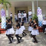 Schülerinnen führten einen Tanz auf