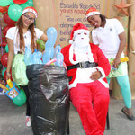 Santa Claus mit Weihnachtselfen
