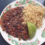 ..und typisch dominikanisch: Reis mit Bohnen und Avocado