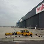 Die Tore zu den Flugzeug Hangars. Einmal das Tor  öffnen in der kalten Jahreszeit kostet um die 1000 Euro.