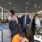 Die Sicherheitskontrolle kann stressig werden, vor allem wenn viele Flugpassagiere ebenso durch müssen. Daher nix mitnehmen, was nicht umbedingt sein muss