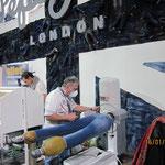 Winter 2013 | PEPE zieht die Jeans vor Ort auf.