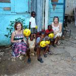 Yvonne und Katja bei Verteilung in Jamaika