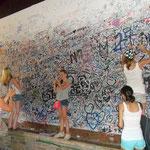 Оставьте свою подпись на этой стене