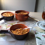 Appel & kweepeercompot met een gluten- & lactosevrij crumble met een glaasje rozebottelthee