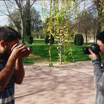 Vanessa y Andres, face to face en las practicas del curso basico de fotografia Digital. Foto: Andreu Gual