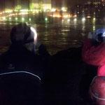 Ignacio y Oscar, linternas, oscuridad y Fotografía. Curso Básico de Fotografía. Foto: Andreu Gual