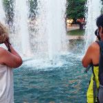 Laura y Pilar , duelo de Titanes durante el curso básico de fotografía digital. Foto: Andreu Gual