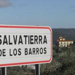 La casa al fondo, en este conocido pueblo de Salvatierra de los Barros: localidad universal por su alfarería y cerámica.