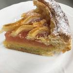アーモンドクリーム、鳴門金時芋のスイートポテト、紅玉からなるオリジナルアップルパイ