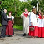 Pfarrer Dr. Franz Gasteiger unterstützt von Jürgen Martini u. Elisabeth Greckl