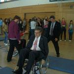 Politiker im Rollstuhl