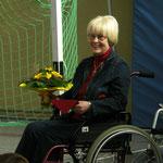 auch die Autorin bekommt Blumen, solidarisch im Rollstuhl