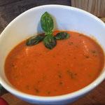 Gegrillte Tomatensuppe mit geroesteter Paprika und Basilikum