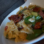 Frischer Nudelsalat Farfalle mit Mozarella und Olivenoel