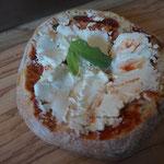 Brot gefüllt mit Ziegenfrischkäse und Harissa