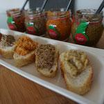 Ein mediterraner Abend voller Bruschetta Fleisch Kaese und Olivenoel