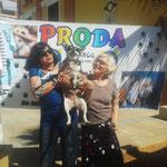 Conchita mit Hund Chivi sind auf jedem Flohmarkt dabei