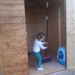 Ylenia hilft ganz fest beim sauber machen :)