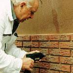 Die Platten werden mit Fassadendübeln sicher befestigt