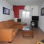 Das Wohnzimmer mit bequemem Sofa