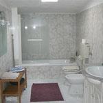 Badezimmer mit Badewanne Ferienwohnung Sao Martinho do Porto