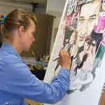 Die Künstlerin Kane Kampmann malt das Plakat! Foto: Claudia Dalchow