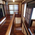 2階 中廊下(裏口を見る。)