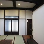 居間(正面は玄関)
