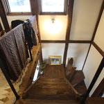 階段を見下ろす。
