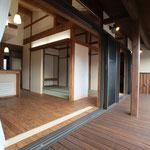 Wood deckからダインング、和室を見る。