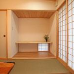 和室(東側、床の間を見る。)