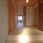 玄関ホ-ル(1階中廊下を見る。)
