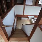 階段を見下げる。