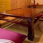 和室コ-ナ-の卓袱台:製作材料は不明です。木曽漆塗りで再生しました。